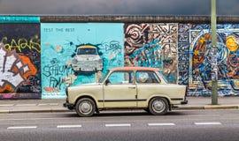 Berlin Wall på gallerit för östlig sida med en gamla Trabant, Tyskland arkivbild