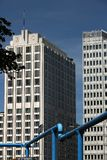 berlin 06/14/2018 Wolkenkratzer auf Potsdamer Platz Im Vordergrund ein blaues Rohr lizenzfreie stockbilder