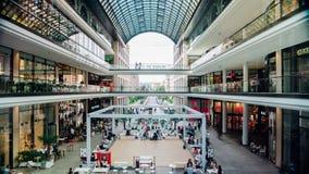 BERLIN, WRZESIEŃ - 20: Timelapse strzał Centrum handlowe Berlin, Wrzesień 20, 2017 w Berlin, Niemcy zbiory