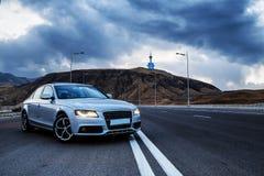 Berlina sportiva di Audi del tedesco su una strada della montagna di bobina fotografia stock