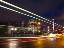 BerlinDom und Fernsehkontrollturm am Dunkelwerden stockfotos