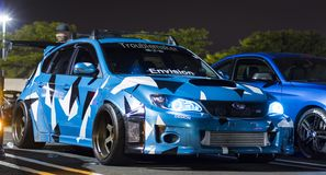 Berline avec hayon arrière faite sur commande de STI de Subaru WRX de camouflage bleu image libre de droits