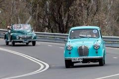 Berline 1954 d'Austin A30 conduisant sur la route de campagne Images libres de droits