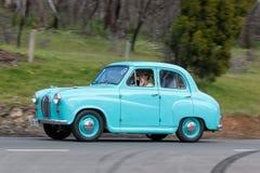 Berline 1954 d'Austin A30 conduisant sur la route de campagne Image libre de droits