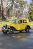 Berline 1935 d'Austin 10/4 Lichfield conduisant sur la route de campagne Photos libres de droits