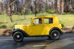 Berline 1935 d'Austin 10/4 Lichfield conduisant sur la route de campagne Photographie stock libre de droits