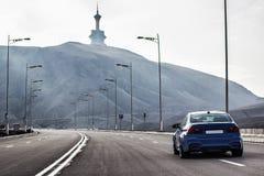 Berline sportive de BMW m3 d'Allemand sur une route de montagne d'enroulement Franc photographie stock