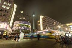 Berliner Alexanderplatz i aftonen royaltyfri fotografi