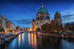 Berliner Dom bij nacht, Duitsland Royalty-vrije Stock Foto's