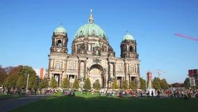 Berliner Dom in de avond stock videobeelden