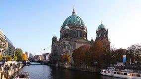 Berliner Dom kathedraal in de avond stock footage