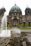 Berliner dom met fontein Stock Foto's