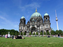 Berliner Dom Tourists Relaxing At Berlin-Kathedraal Stock Foto's