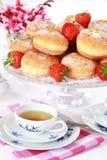 Berliner - doughnut die met aardbeijam wordt gevuld Royalty-vrije Stock Afbeelding