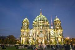 Berliner kupol som är upplyst på festivalen av ljus Arkivfoton