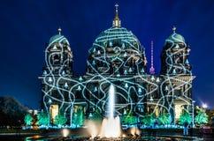 Berliner kupol som är upplyst under festival av ljus Arkivfoto
