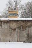 Berliner Mauer im Winter mit Schnee stockfotos