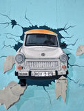 Berliner Mauer - trabi Auto Lizenzfreies Stockbild