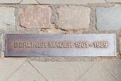 Berliner muur van de ijzerplaque dichtbij controlepost Charlie stock afbeeldingen