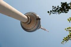 Berliner Toren van TV van Fernsehturm/van Berlijn van hieronder recht Stock Afbeelding