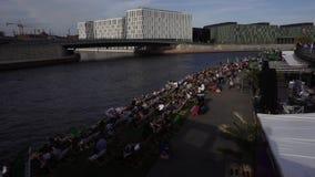 Berliners στηρίζονται στην όχθη ποταμού ξεφαντωμάτων, Βερολίνο, Γερμανία απόθεμα βίντεο