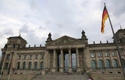 Berlino, B,德国- 2017年8月16日:Reichstag大厦是德国的议会在有旗子的柏林 免版税库存照片