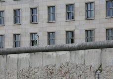 BERLINO ΤΟΙΧΟΣ που διαιρεί την πόλη σε δύο μέρη κατά τη διάρκεια του κρύου Wa Στοκ Φωτογραφίες