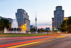 Berlino alla notte (Strausberger Platz), Germania immagine stock