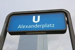 Berlino, B, Alemania - 16 de agosto de 2017: la entrada de la estación del metro llamó ALEXANDERPLATZ en azufaifas Imagen de archivo libre de regalías