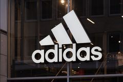 Berlino, Brandeburgo/Germania - 22 12 18: adidas firma dentro Berlino Germania immagine stock libera da diritti