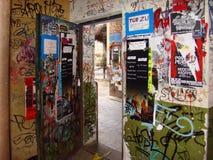 BERLINO 17 DICEMBRE. graffiti e manifesti nel vicolo in berline Fotografia Stock