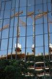 berlino 06/14/2008 Facciata di vetro di una costruzione con la riflessione di un cantiere Gru ed armatura immagini stock