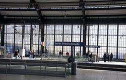 Berlino Friedrichstrasse, treno l'ottobre 2010 Immagine Stock Libera da Diritti