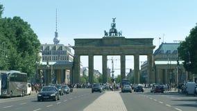 BERLINO, GERMANIA - 30 APRILE 2018 La porta di Brandeburgo e la torre della TV sono fra dei punti di riferimento di visita del video d archivio