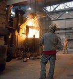 Berlino, Germania - 18 aprile 2013: Produzione delle componenti del metallo in una fonderia - gruppo di lavoratori immagine stock libera da diritti