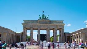 Berlino, Germania circa luglio 2018: La porta di Brandeburgo, al rallentatore archivi video