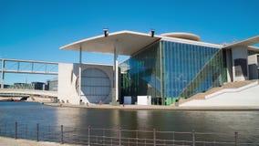 Berlino, Germania circa luglio 2018: Weiss Kroyce e Marie-Elisabeth-Lueders-Haus, la baldoria del fiume, al rallentatore panorami stock footage