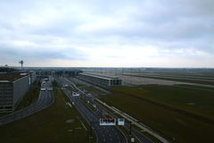 BERLINO, GERMANIA - 17 gennaio 2015: Via vuota ai BER di Berlin Brandenburg Airport, ancora in costruzione, vuoti Immagine Stock Libera da Diritti