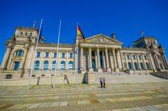 BERLINO, GERMANIA - 6 GIUGNO 2015: Bandiere nazionali della Germania fuori dell'edificio di Reichstag su Berlino Immagini Stock Libere da Diritti