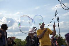 Fabbricazione delle bolle di sapone a Mauerpark Fotografie Stock Libere da Diritti