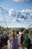 Fabbricazione delle bolle di sapone a Mauerpark Immagini Stock Libere da Diritti