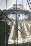 BERLINO, GERMANIA, il 23 maggio 2016, riflessione della cupola del centro di Sony nelle finestre di costruzione vicina Immagine Stock