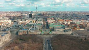 Berlino, Germania - 28 marzo 2019 Vista aerea di Berlin Brandenburg Gate con traffico cittadino video d archivio