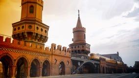 Berlino, Germania: Metropolitana gialla sul ponte famoso di Oberbaum Immagine Stock Libera da Diritti