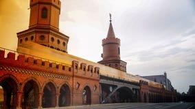 Berlino, Germania: Metropolitana gialla sul ponte famoso di Oberbaum Immagine Stock