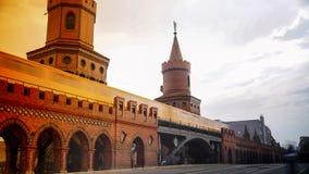 Berlino, Germania: Metropolitana gialla sul ponte famoso di Oberbaum Fotografia Stock Libera da Diritti