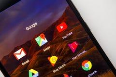 Berlino, Germania - 19 novembre 2017: Icone dei apps di Google sullo schermo dello smartphone moderno Fotografia Stock