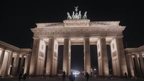 BERLINO, GERMANIA - 23 NOVEMBRE 2018: Vista di notte della porta di Brandeburgo a Berlino archivi video