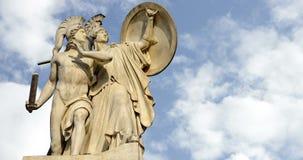 Berlino, Germania Schlossbrucke Atena protegge un Time Lapse della statua 4K del guerriero stock footage