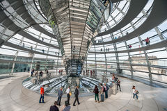 BERLINO, GERMANIA - 26 SETTEMBRE 2012: Dentro della cupola dell'edificio di Reichstag a Berlino, la Germania Immagine Stock